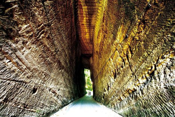 燈籠坂大師の切通しトンネル image